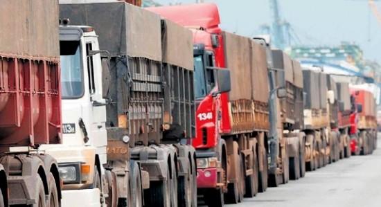Na BA, caminhões fazem fila para descarregar os grãos nos portos