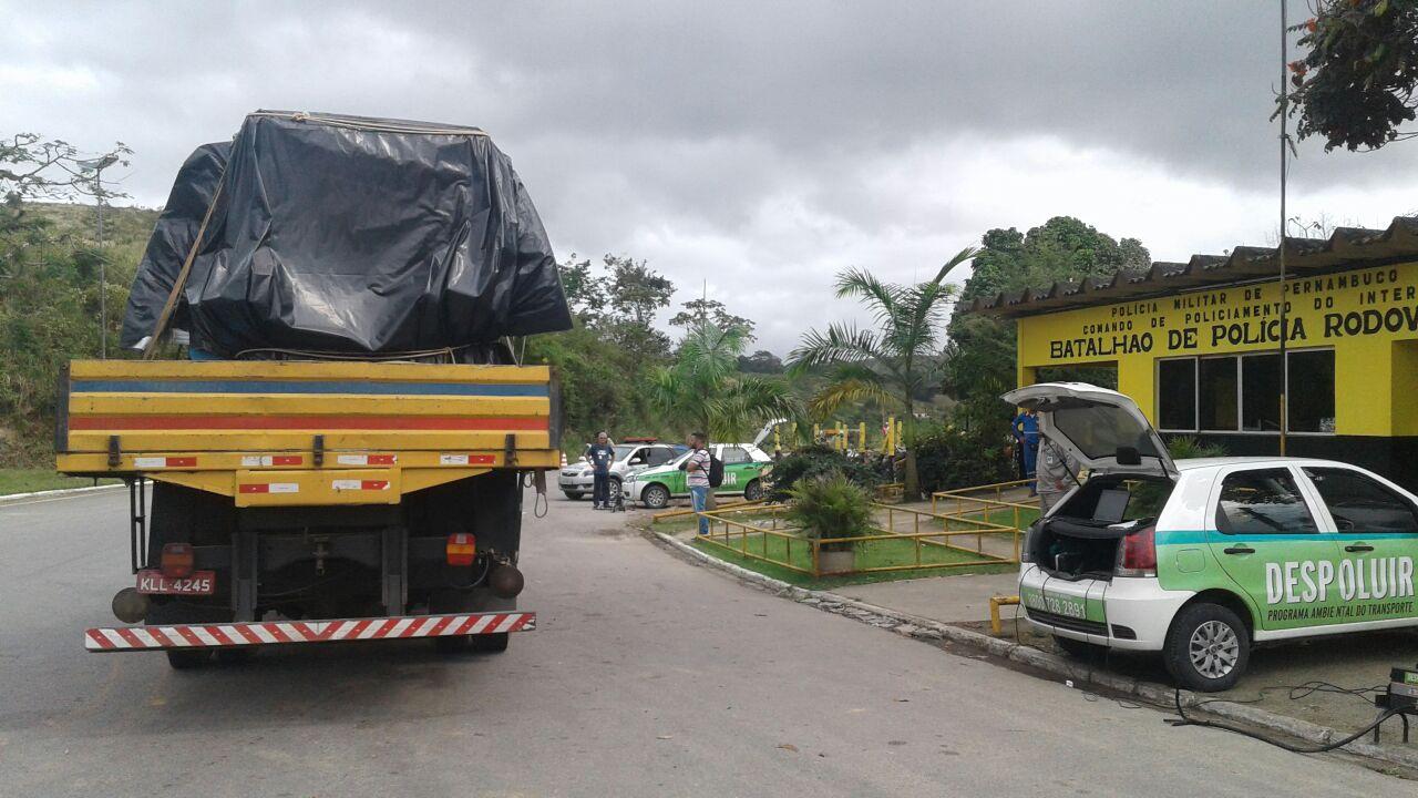 Blitz Educativa do Programa DESPOLUIR em parceria com o Batalhão da Polícia Rodoviária Estadual de Pernambuco